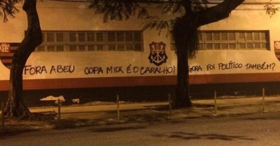 Torcida do Flamengo ironiza conquista da Florida Cup em pichação