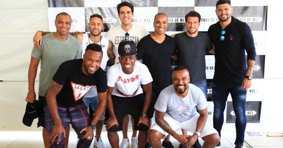 Alexandre Pires recebe craques para o evento beneficente Futebol Contra Fome