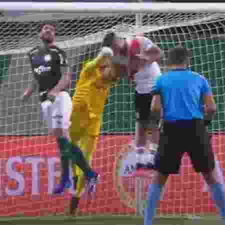 Luan afastou a bola pouco antes de goleiro acertar a cabeça do zagueiro do River - Do UOL, em São Paulo