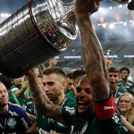 Felipe Melo, do Palmeiras, levanta a taça de campeão da Copa Libertadores 2020 - Ricardo Moraes/Getty Images
