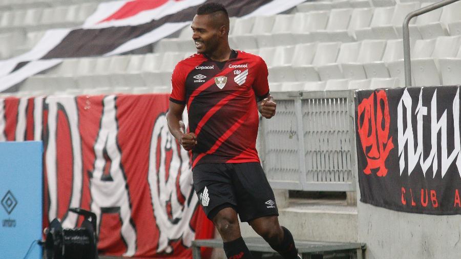 Nikão comemora gol pelo Athletico-PR: clube briga com Globo para exibir jogo em pay-per-view próprio no Brasileirão 2021 - Gabriel Machado/Gabriel Machado/AGIF