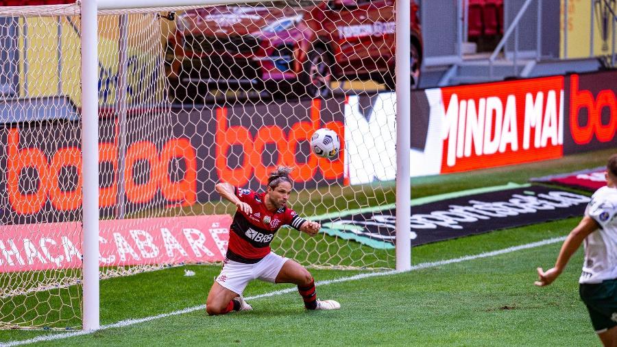 Diego salva Flamengo de levar um gol em jogo diante do Palmeiras, pela Supercopa do Brasil - Marcelo Cortes/Flamengo