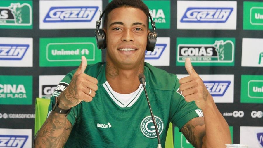 Alef Manga é apresentado como novo reforço do Goiás para a série B do Brasileirão - Divulgação