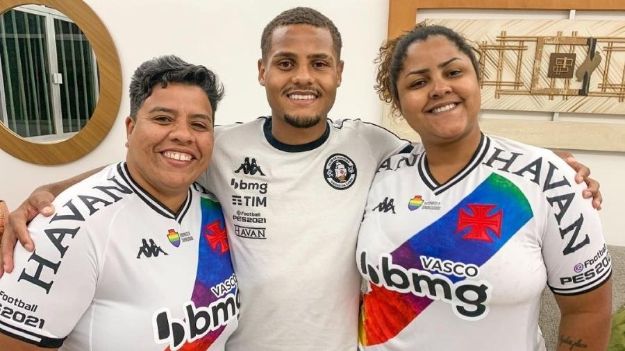 João Pedro, atacante do Vasco, entre a mãe, Priscila, e a companheira dela, Luana - Reprodução/Instagram