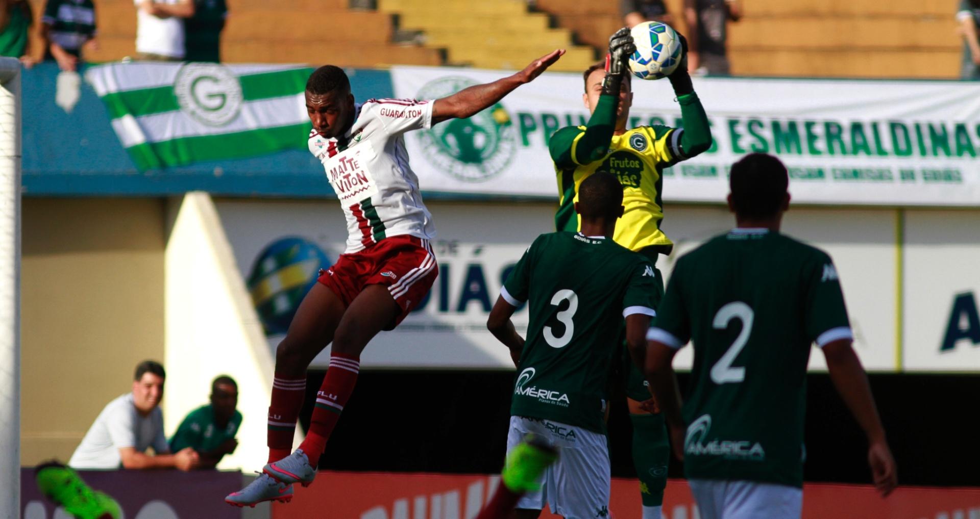 Goleiro fica com a bola em cruzamento na área do Goiás (28/06)