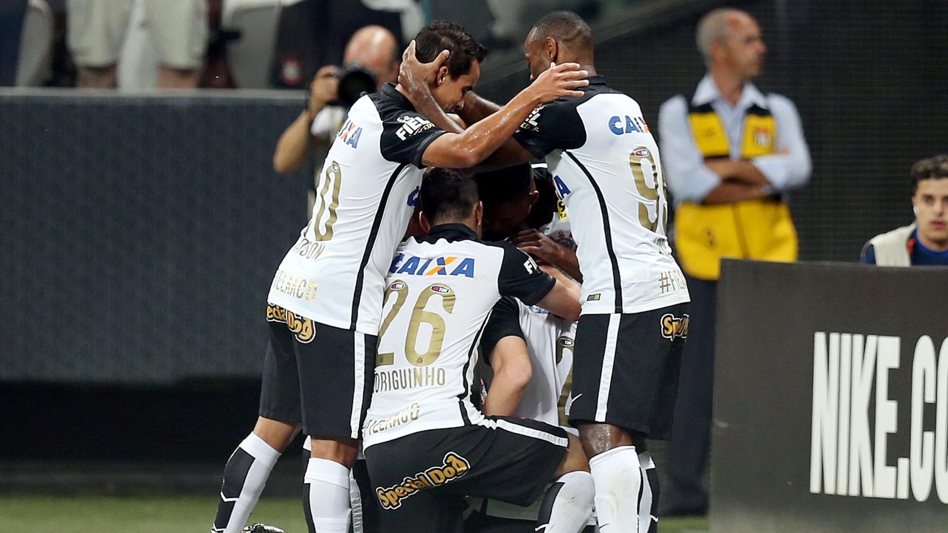 Jogadores do Corinthians comemoram gol sobre o Goiás em partida válida pela 30ª do Campeonato Brasileiro