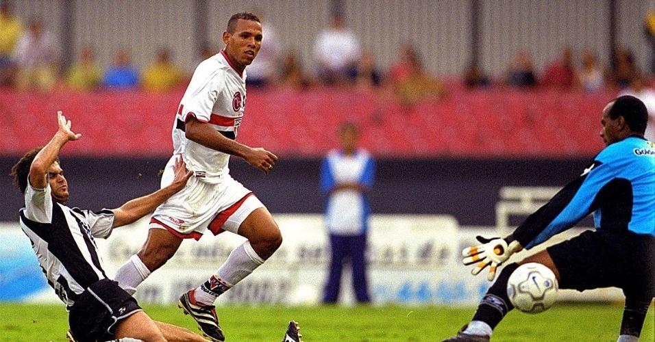 Luis Fabiano em ação pelo São Paulo no campeonato Brasileiro de 2001, em partida contra o Botafogo