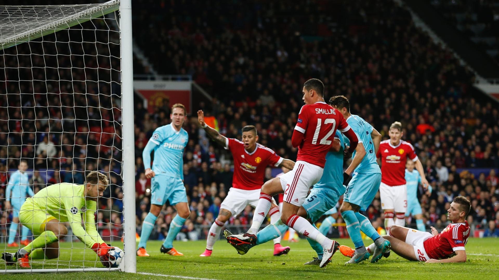 Goleiro do PSV defende em cima da linha um chute de Morgan Schneiderlin, do Manchester United