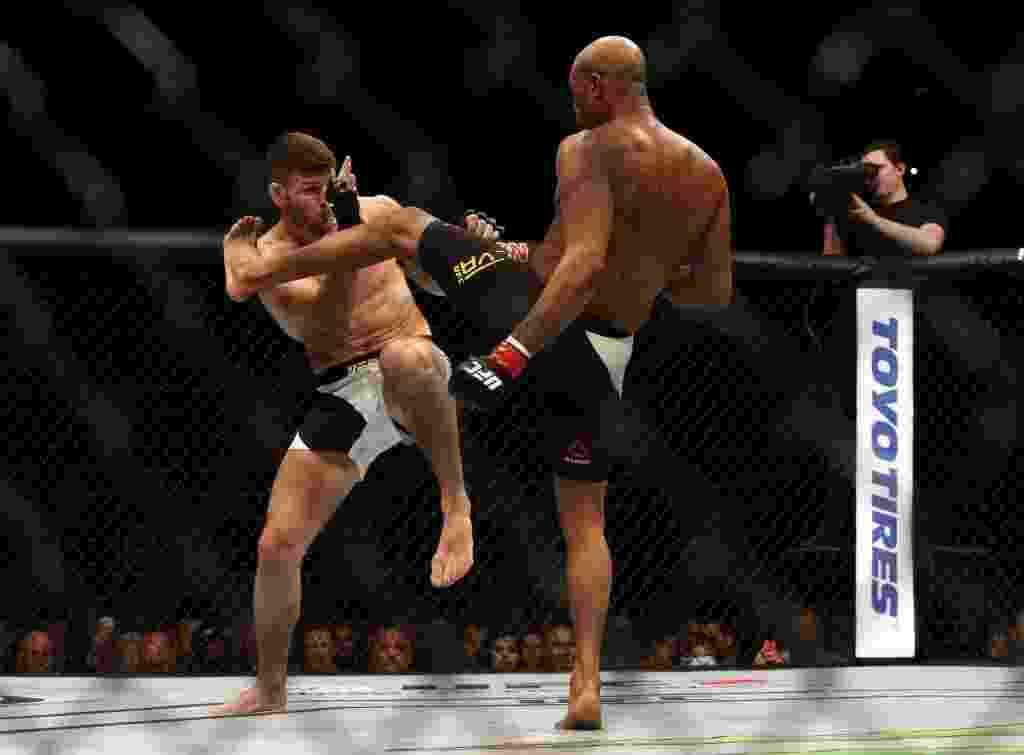 Anderson Silva (dir.) tenta chute alto contra Michael Bisping, na luta principal do UFC em Londres, neste sábado (27) - Action Images via Reuters / Matthew Childs