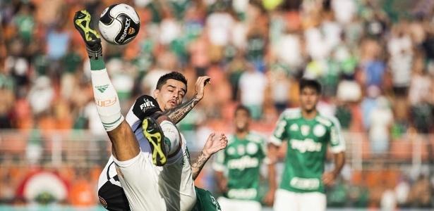 Fagner disputa bola em clássico com o Palmeiras: derrota por 1 a 0