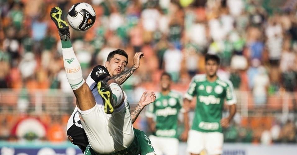 03.abril.2016 - Marcado por Fagner, Alecssandro dá bicicleta no clássico entre Palmeiras e Corinthians