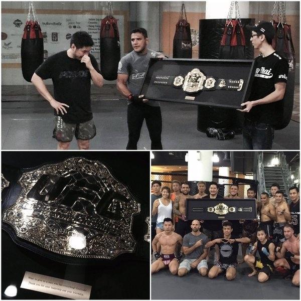 Rafael dos Anjos dá cinturão do UFC a Chatri Sityodtong