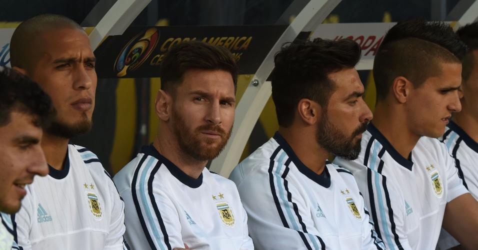 Lionel Messi acompanha a partida entre Argentina e Chile do banco de reservas