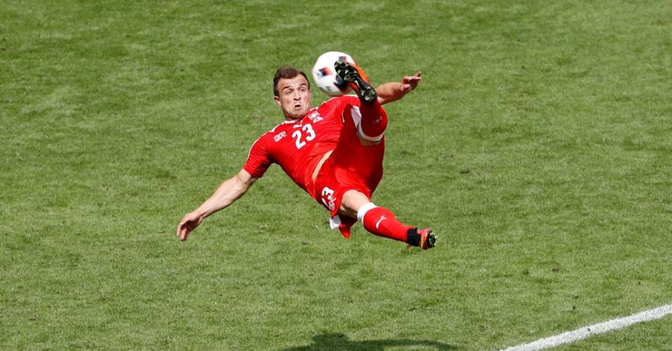 Shaqiri acerta voleio no gol de empate da Suíça