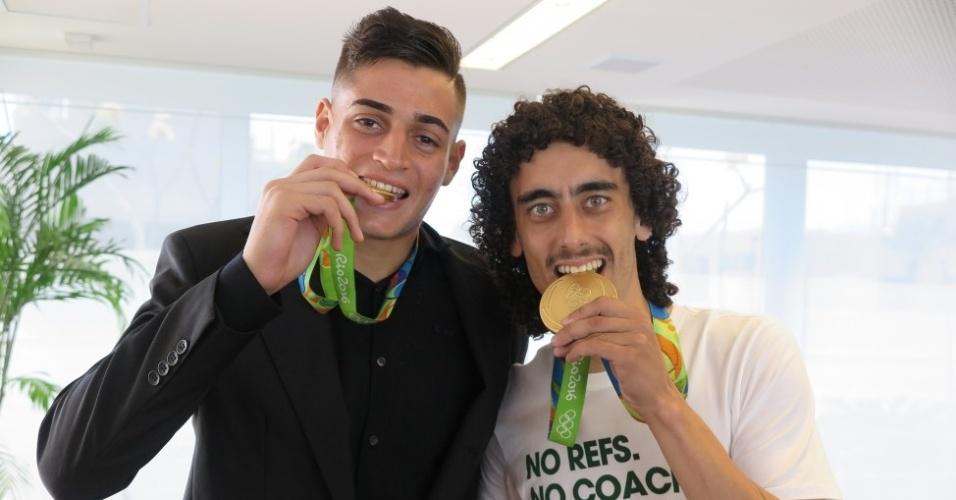 Jean (E) e Valdívia (D) recebem medalha de ouro olímpica