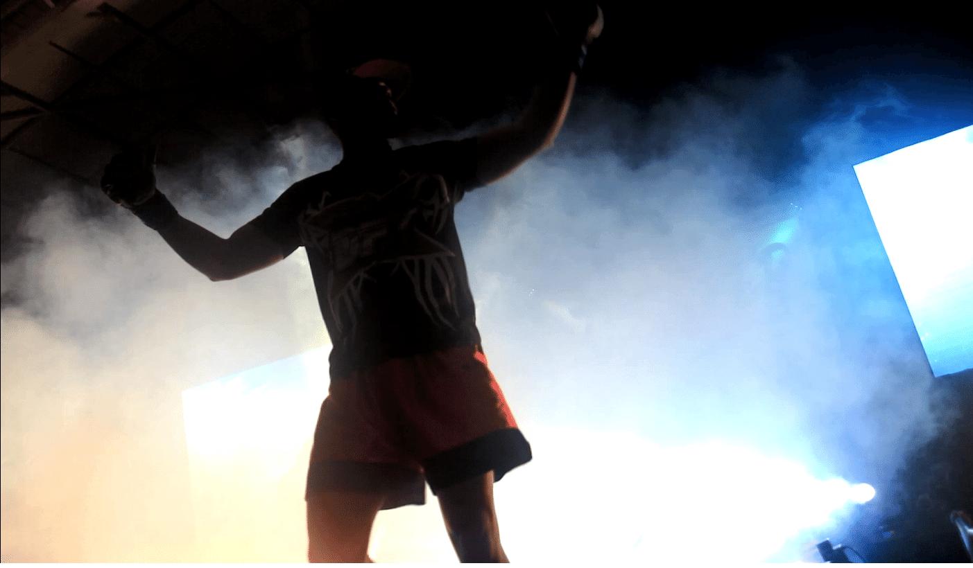 Lutador sobe ao octógono de torneio amador de MMA