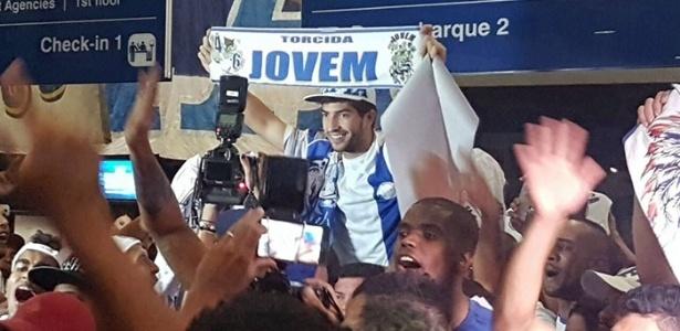 Volante foi recebido com festa pelo torcedores do Cruzeiro no aeroporto de Confins
