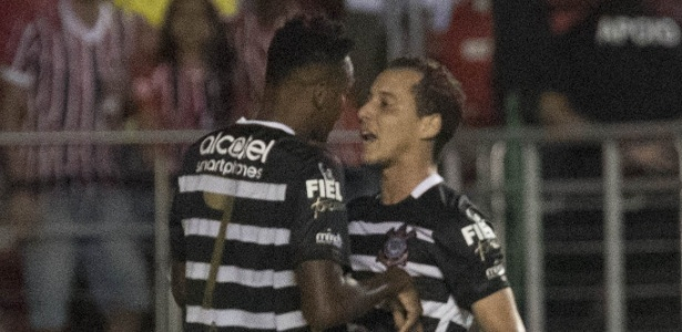 Jô celebra com Rodriguinho: meia foi adiantado e tem decidido no ataque