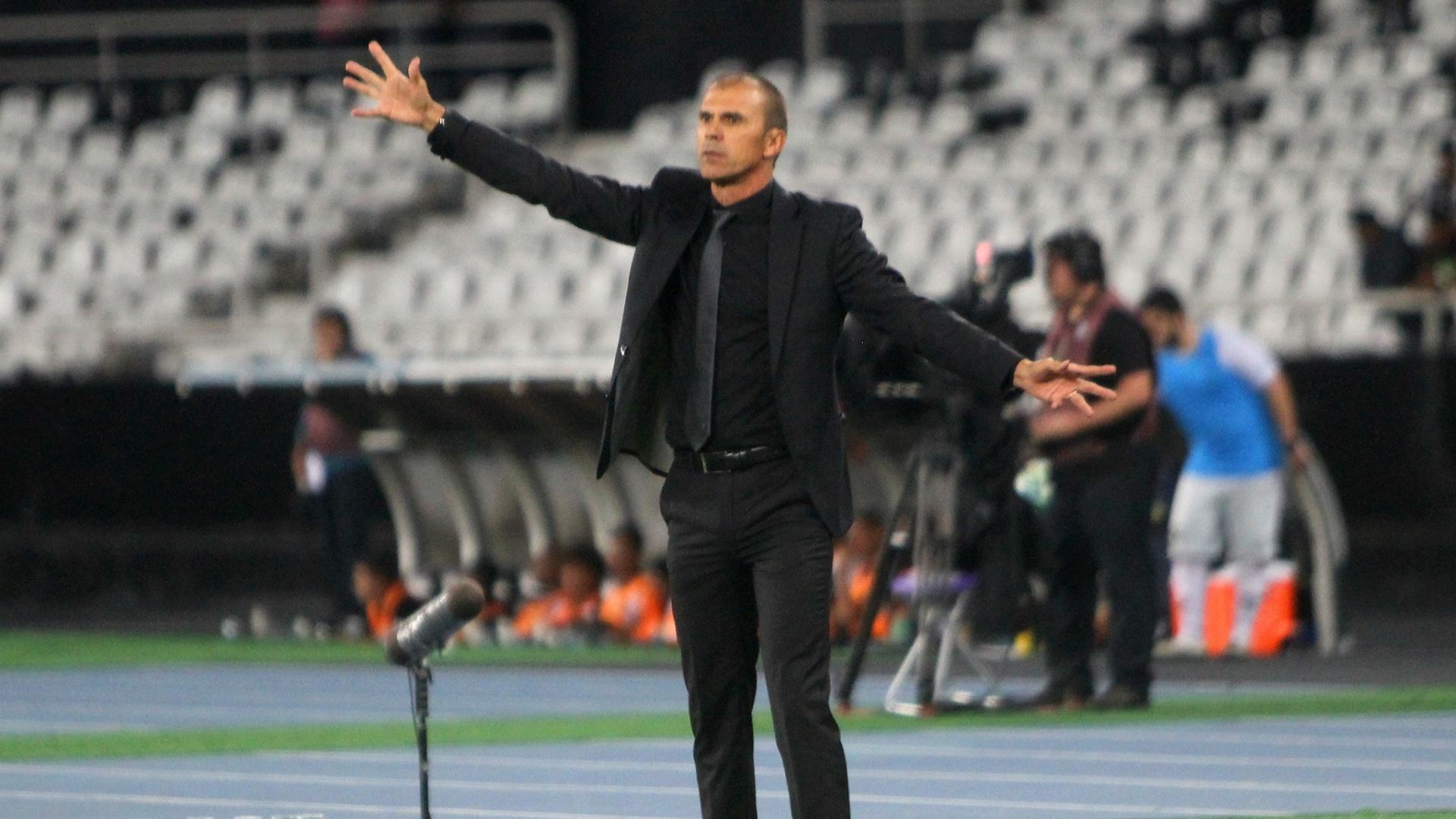 Milton Mendes, técnico do Vasco, orienta a equipe em jogo contra o Botafogo pelo Campeonato Brasileiro