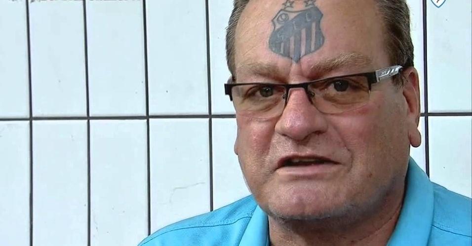 Folclórico torcedor do Santos, Alemão também estampou o amor pelo clube na testa