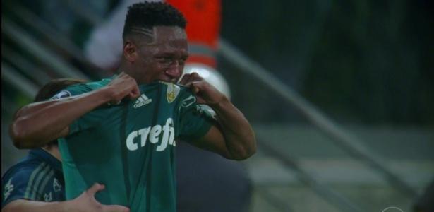Mina fica muito bravo ao ter de ser substituído na partida contra o Barcelona-EQU na Libertadores