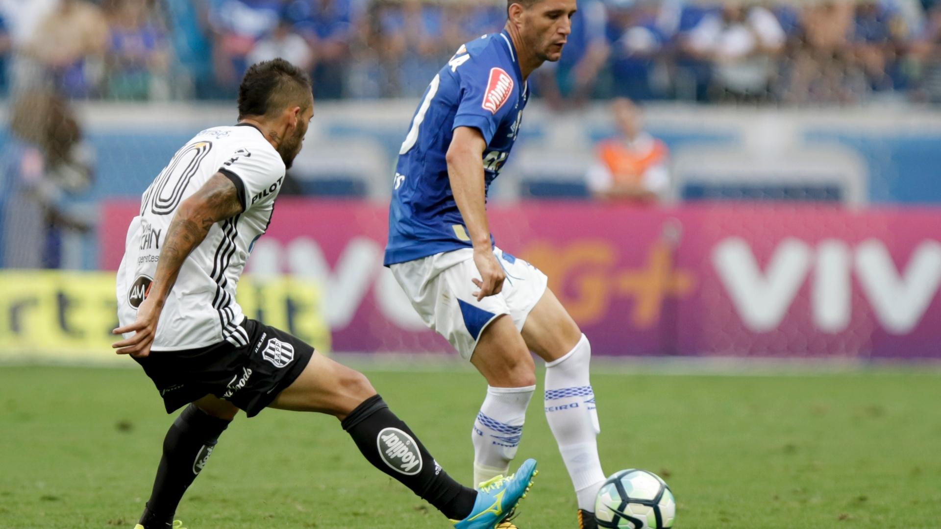 Thiago Neves em ação no jogo entre Cruzeiro e Ponte Preta