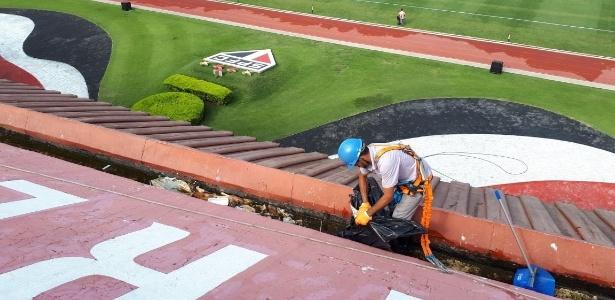 Funcionário precisou de equipamentos de segurança para limpar lixo no estádio