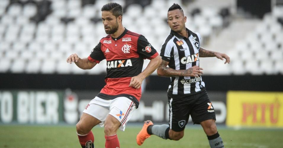 Diego dá passe diante da marcação botafoguense