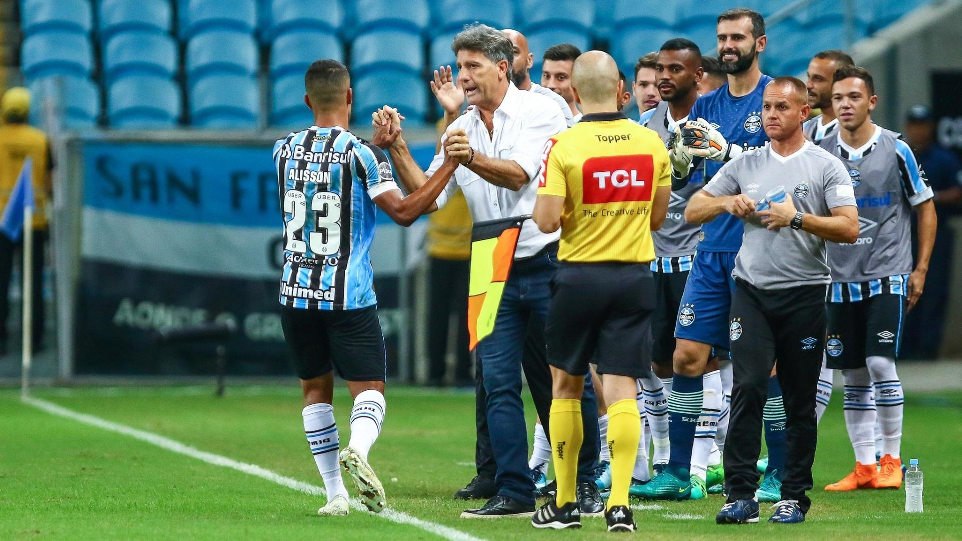 Renato cumprimenta Alisson após gol do Grêmio sobre o Goiás