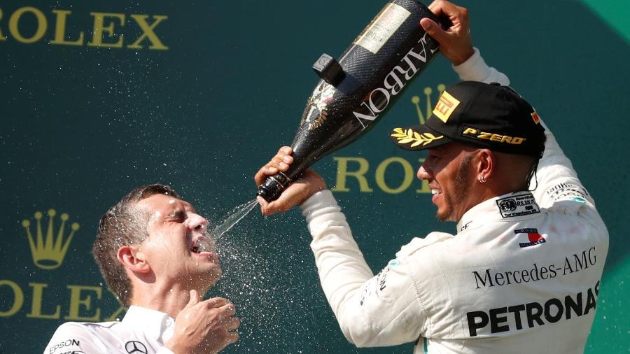 Lewis Hamilton celebra no pódio após vencer o Grande Prêmio da Hungria - REUTERS/Bernadett Szabo