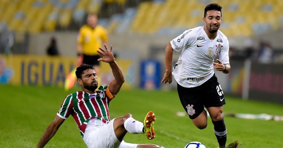 Clayson passa pela marcação de Gum em jogo entre Fluminense e Corinthians