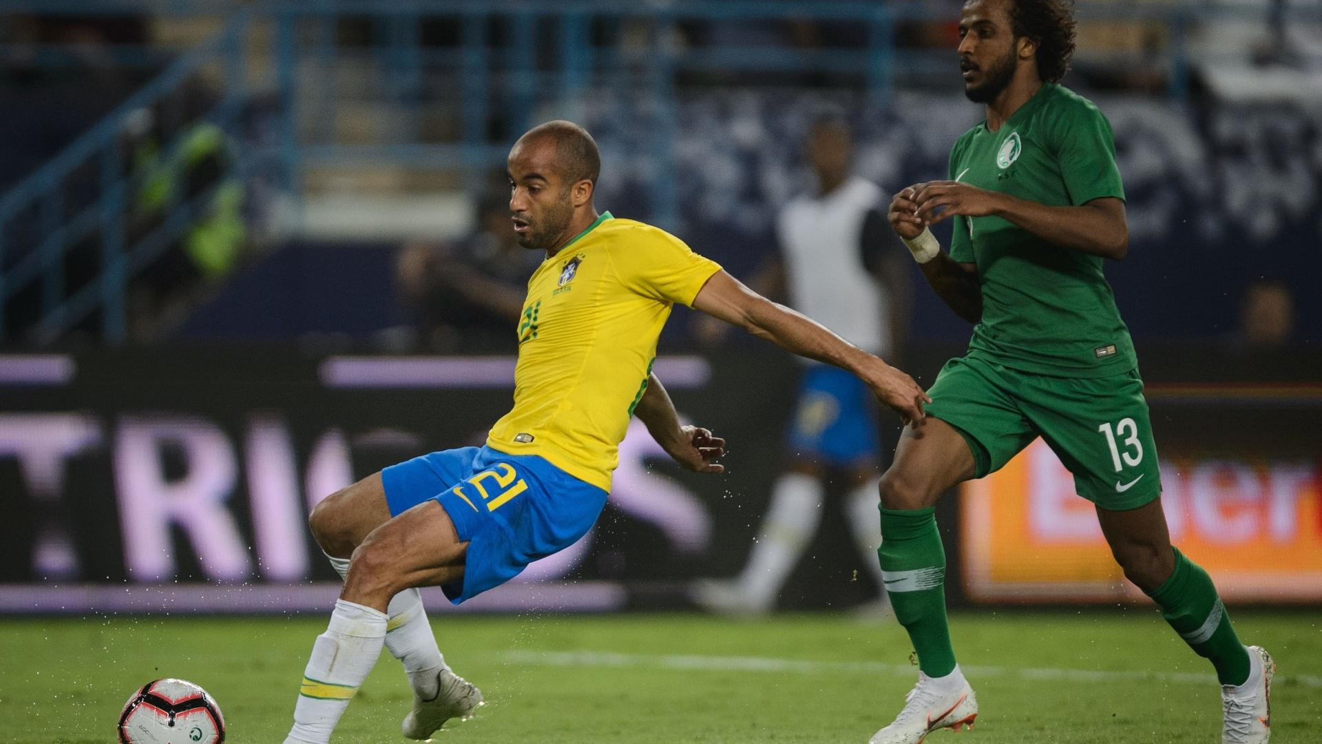 Lucas Moura tenta chute durante amistoso da seleção brasileira contra a Arábia Saudita