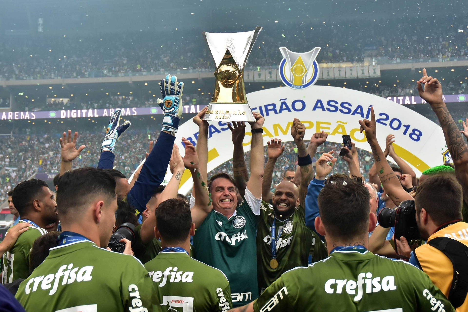 Palmeiras levanta taça de campeão em cerimônia com Bolsonaro no Allianz -  02 12 2018 - UOL Esporte 2423c45398949