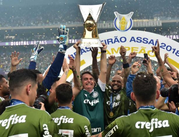 Bolsonaro levantou o troféu e virou protagonista na festa pelo decacampeonato