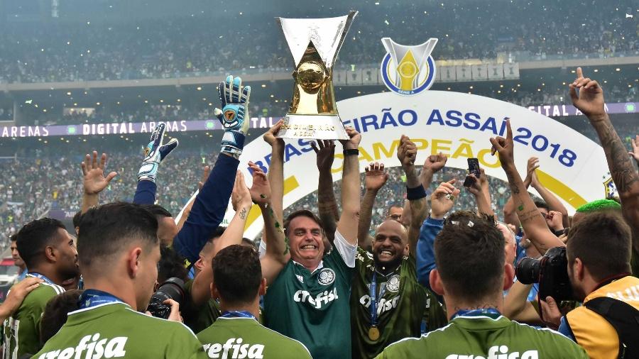 Jogadores do Palmeiras comemoram o titulo do Campeonato Brasileiro com o presidente eleito Jair Bolsonaro - Eduardo Carmim/Photo Premium/Folhapress