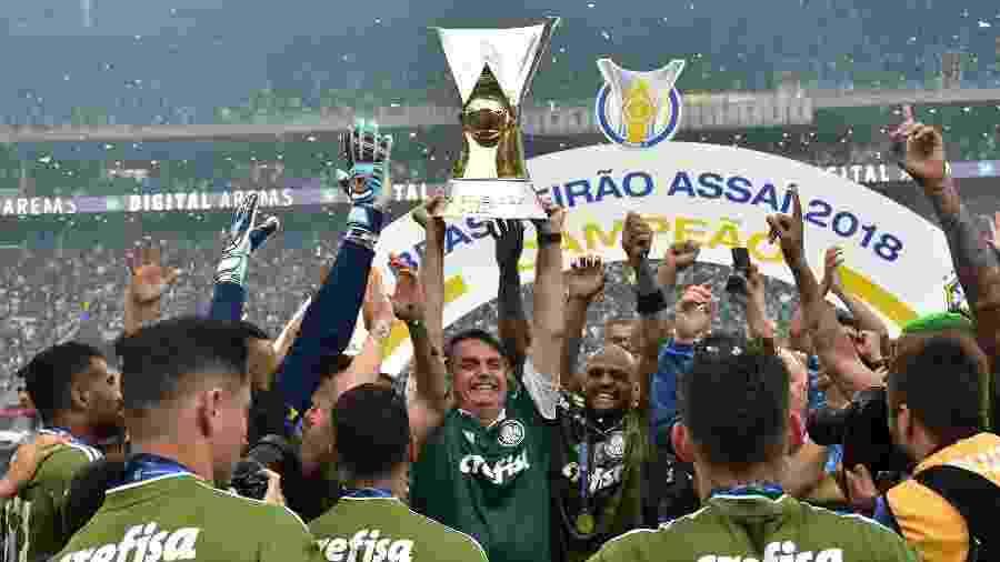 Bolsonaro levanta a taça de campeão brasileiro com os jogadores do Palmeiras - Eduardo Carmim/Photo Premium/Folhapress