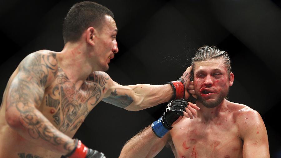 Max Holloway acerta soco em Brian Ortega no UFC 231 - Vaughn Ridley/Getty Images