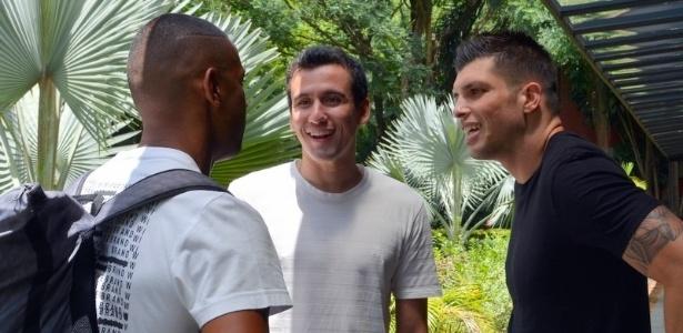 Pablo (centro) e Volpi (direita) falam com Bruno Alves; atacante e goleiro moram no CT - Érico Leonan/saopaulofc.net
