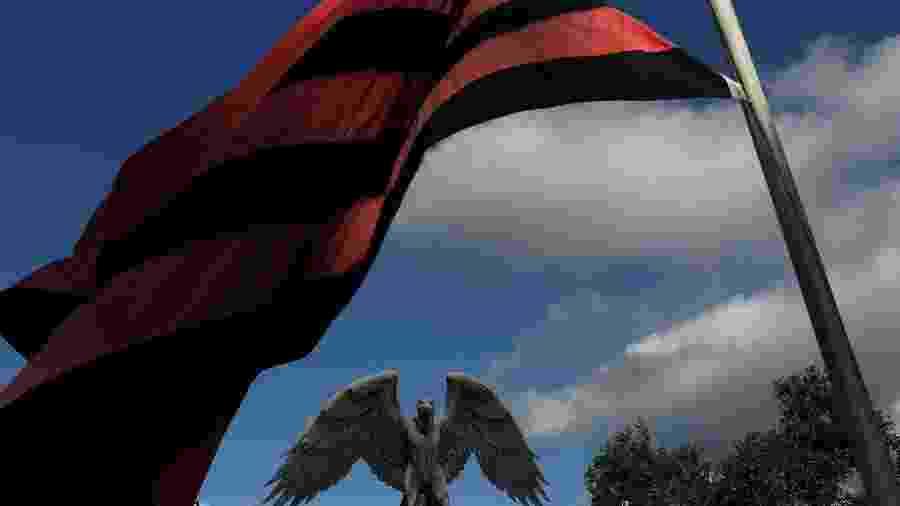 Bandeira do Flamengo ao vento em frente ao CT Ninho do Urubu. Clube marcará luto em uniforme até o final da temporada - Ricardo Moraes/Reuters