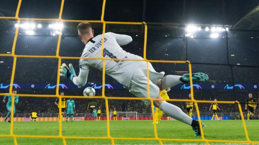 Ter Stegen defende o pênalti de Marco Reus, durante a partida entre Borussia Dortmund e Barcelona - Bernd Thissen/picture alliance via Getty Images