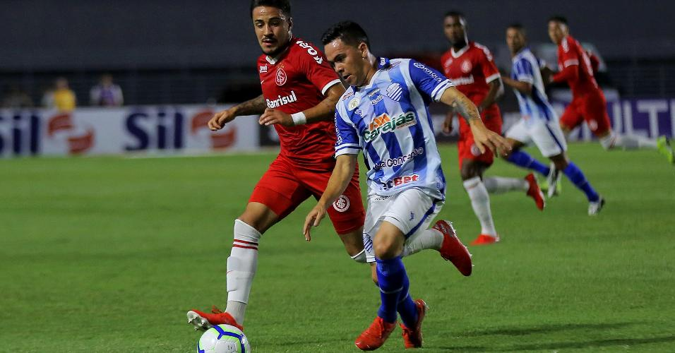Heitor Rodrigues, do Internacional, disputa bola com Hector Bustamente, do CSA, em jogo pelo Campeonato Brasileiro