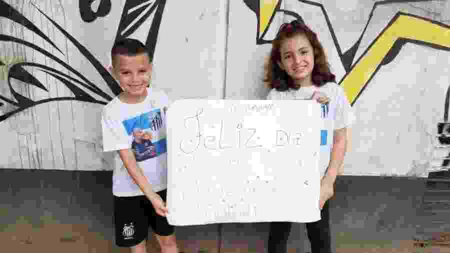 Crianças entregam cartaz de Feliz Dia dos Professores a Sampaoli, técnico do Santos - Reprodução