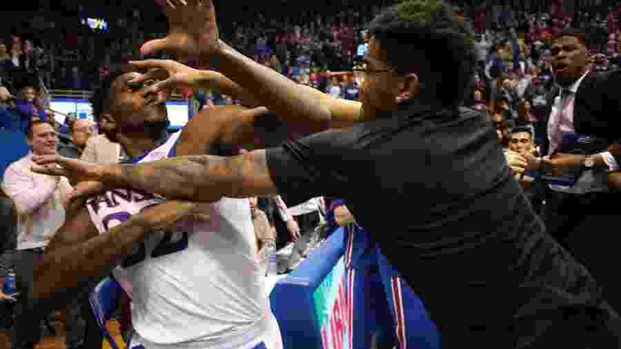 Jogo entre Kansas Jayhawks e Kansas State, pela liga de basquete universitário dos EUA, acabou em pancadaria após roubada de bola. Na foto, o jogador Silvio De Sousa, um dos pivôs da briga - Jamie Squire/Getty Images/AFP