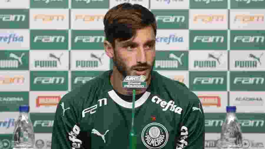 Matías Viña conversa com a imprensa durante a apresentação no Palmeiras - Cesar Greco/Ag. Palmeiras