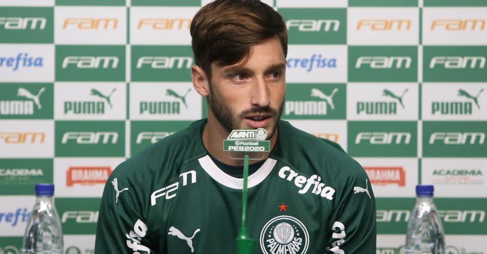 Matías Viña conversa com a imprensa durante a apresentação no Palmeiras