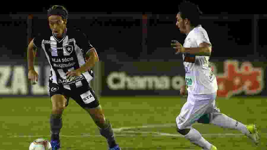 Meia Honda conduz a bola no duelo entre Botafogo e Portuguesa - Vitor Silva/Botafogo