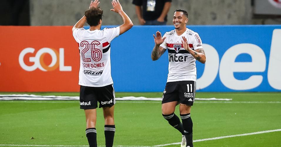 Luciano, atacante do São Paulo, comemora gol marcado contra o Inter