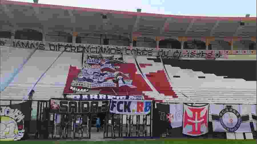 """Faixa """"FCK RB"""": um protesto da torcida do Vasco contra o clube-empresa e a favor da tradição no futebol - Reprodução / Twitter"""