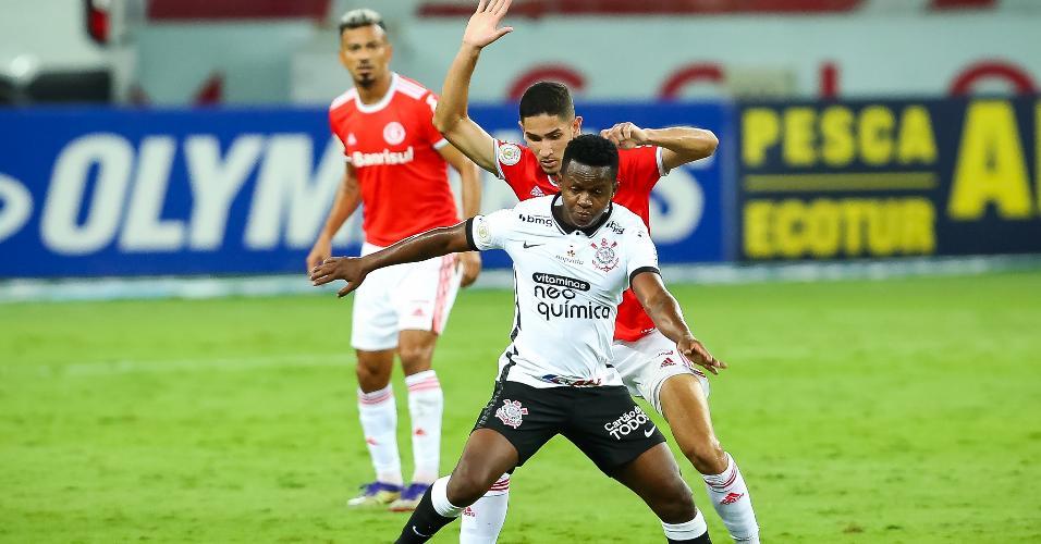Praxedes, do Internacional, marcando Cazares, jogador do Corinthians