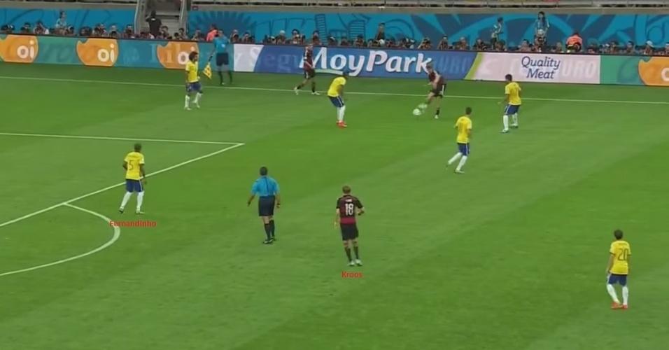 Tudo bem, Muller abriu o placar aos 11min, mas a goleada começa mesmo aos 22min, quando a Alemanha marca o segundo e desmantela o Brasil. A linda jogada do gol de Klose começa nesta imagem acima, quando Fernandinho tenta antecipar um passe na entrada da área, erra o bote e deixa Kroos livre para armar o lance.